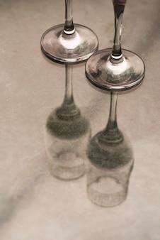 Close-up van champagneglazen op lijst