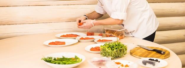 Close-up van chef-kok koken voedsel keuken restaurant snijden kok handen hotel man mannelijke mes voorbereiding vers voorbereiding concept