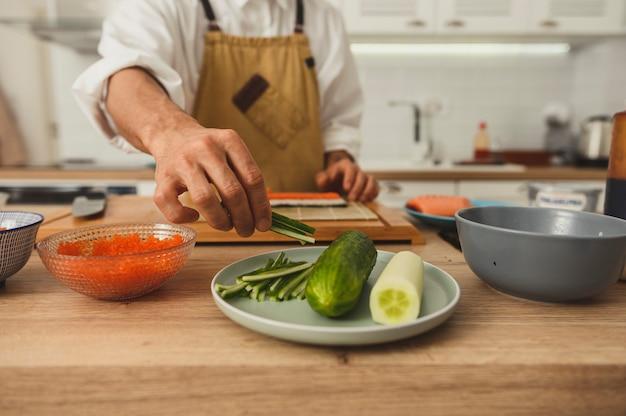 Close-up van chef-koks handen maken van broodjes op keuken vooraanzicht selectieve focus