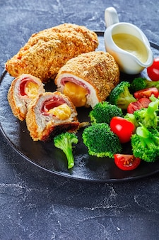 Close-up van chicken cordon bleu en salade