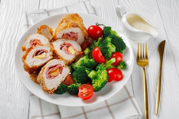 Close-up van chicken cordon bleu op een witte plaat
