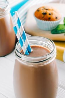 Close up van chocolademelk in glazen fles