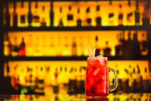 Close-up van cocktail in metselaarkruik bij barteller