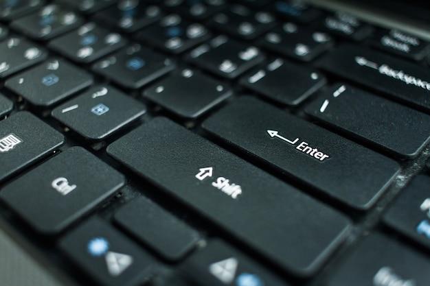 Close-up van computertoetsenbord met nadruk op knoopachtergrond.