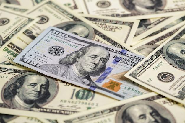 Close-up van contant geld. een nieuwe en stapel oude rekeningen honderd dollarbiljetten.