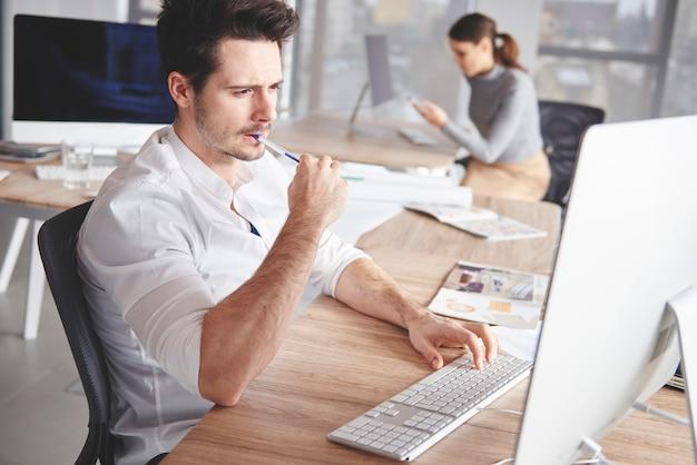 Close up van creatieve man aan het werk op computer
