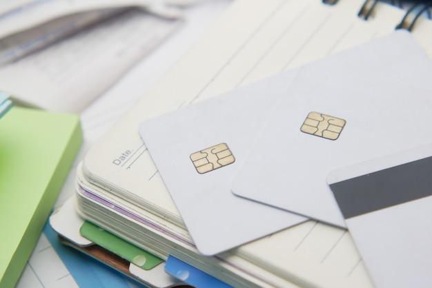 Close up van creditcards kladblok en rekeningen op tafel