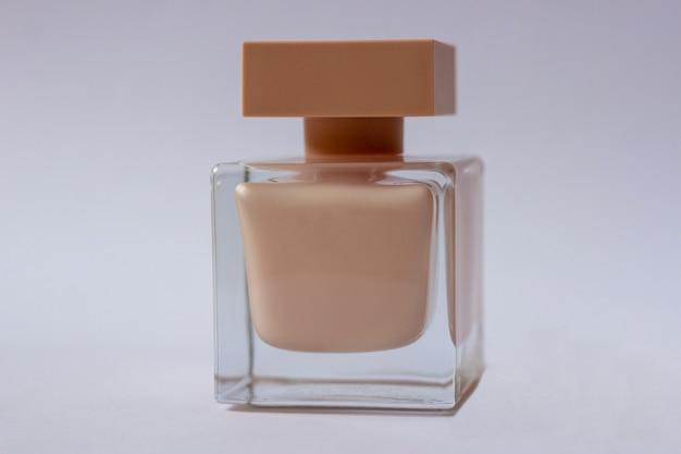 Close-up van crèmekleurige eau de parfum