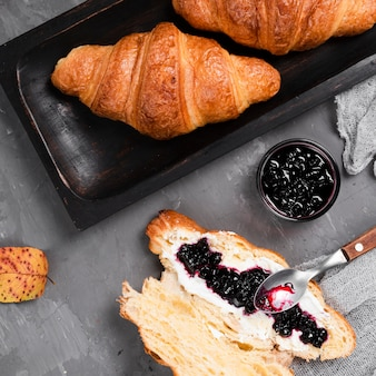 Close-up van croissants en jam