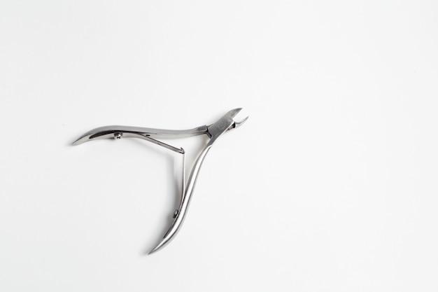Close-up van cuticula snijders op wit oppervlak.