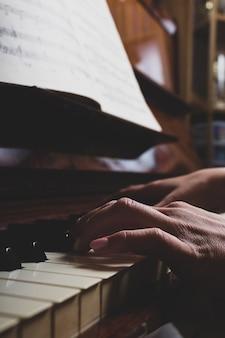 Close up van dames vingers op piano