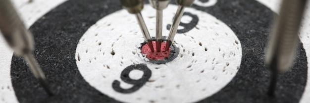 Close-up van dartbord. darts raken bij het bereiken van het centrale doel.