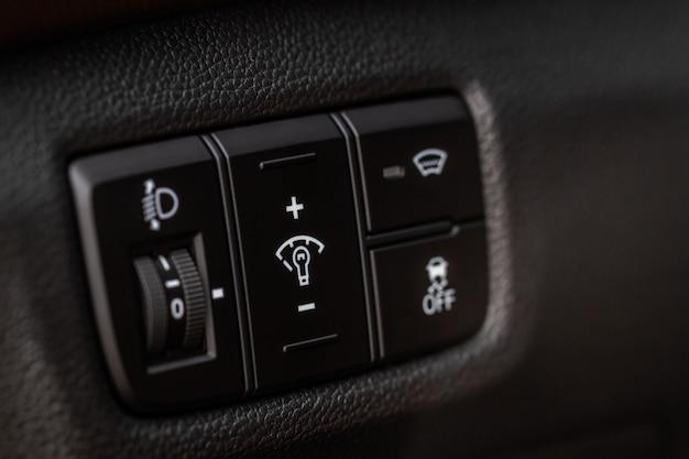 Close-up van de achtergrondverlichting van het dashboard instrumentenpaneel. interieur detail van een moderne auto.