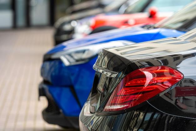 Close-up van de achterkant van een rij auto's geparkeerd in een zakencentrum
