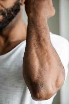 Close-up van de arm van de zwarte persoon