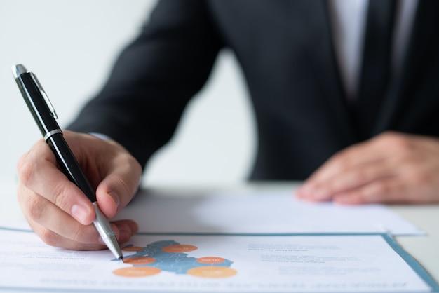 Close-up van de bedrijfsmens die met kaartdiagram werkt
