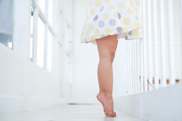 Close-up van de benen van de baby tijdens het staan