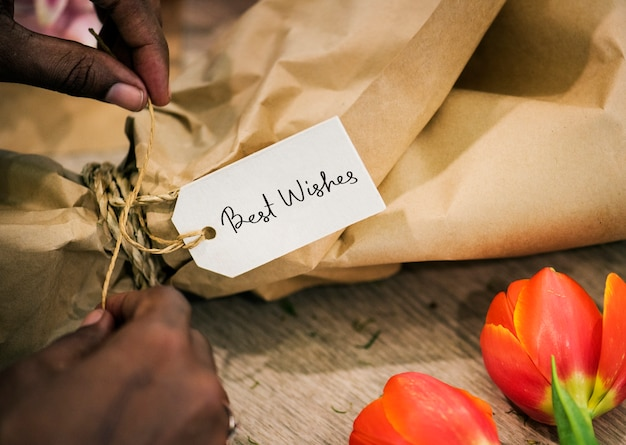Close-up van de beste wensen tag op een bloemboeket