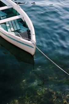 Close-up van de boeg van een houten vissersboot in het water