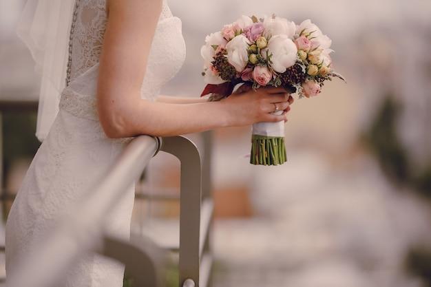 Close-up van de bruid met de bruiloft boeket