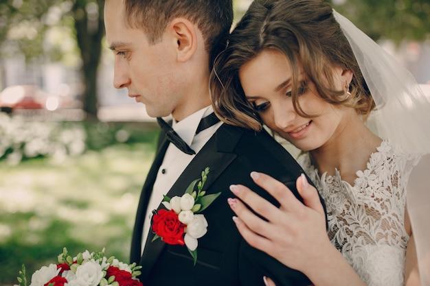 Close-up van de bruid met haar hand op de schouder van de bruidegom