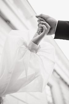Close-up van de bruiden en bruidegoms handen zwart-wit foto van de bruid en bruidegom een plek voor tekst...