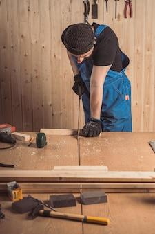 Close-up van de een man-bouwer zag een bord