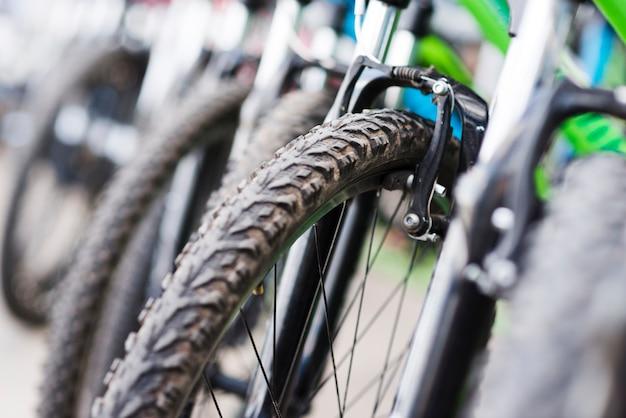 Close-up van de fiets in een fietsenwinkel