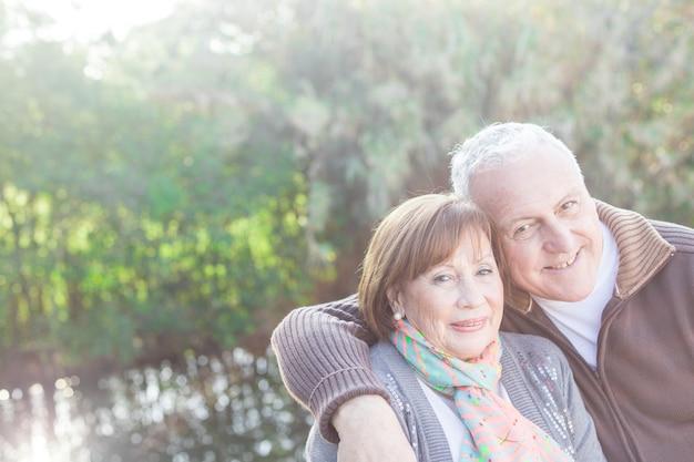 Close-up van de gepensioneerde man knuffelen zijn schattige vrouw