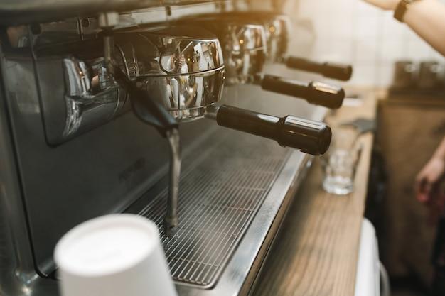 Close-up van de grote koffiemachine