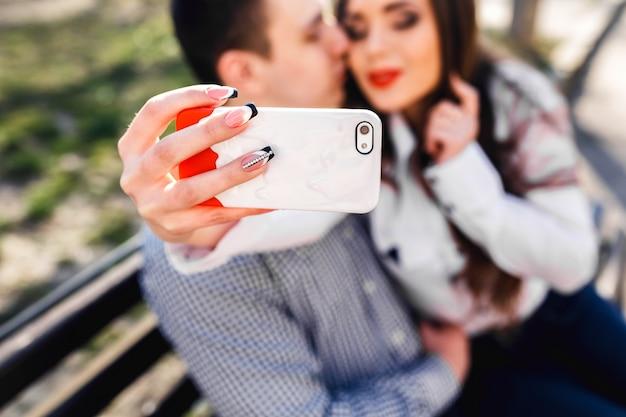 Close-up van de hand houden van een witte mobiele
