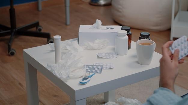 Close-up van de hand met tabletten van capsules voor behandeling