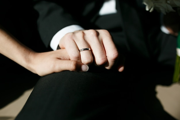 Close-up van de hand met trouwring
