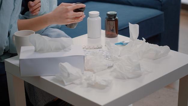 Close-up van de hand op zoek naar medische behandeling tegen griep