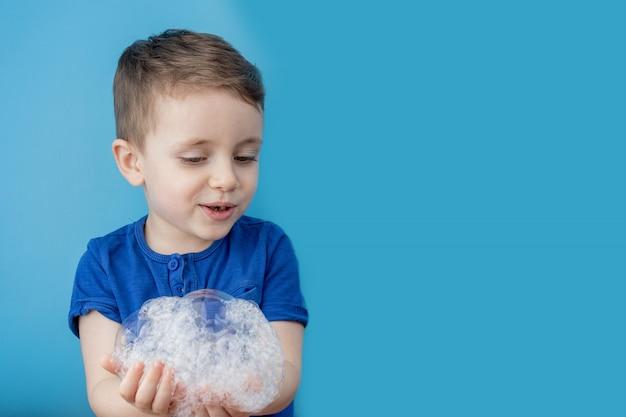 Close-up van de hand van de jongen, zijn handen wassen door regelmatig uw handen te wassen met water en zeep, voorkomt u een epidemie van een pandemisch virus