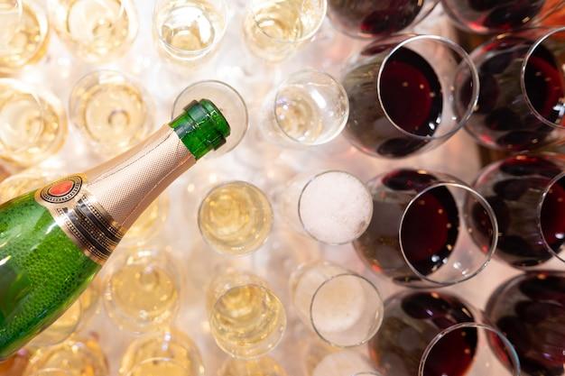 Close-up van de hand van de kelners gietende champagne in glazen