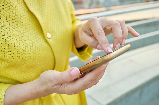 Close-up van de hand van de vrouw met smartphone