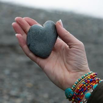 Close-up van de hand van een vrouw met een hartvormige steen, deception pass state park, oak harbor, wash