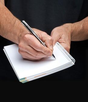 Close-up van de hand van een zakenman met een vergulde pen die iets schrijft
