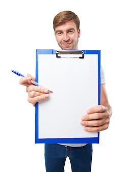 Close-up van de handen die een klembord met een stuk papier