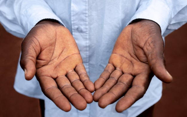 Close-up van de handen van de afrikaanse boer