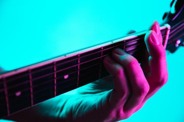 Close-up van de handen van de gitarist gitaar spelen, copyspace, macro shot