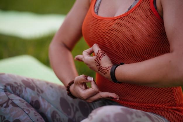 Close-up van de handen van een jong meisje dat yoga doet. gezonde levensstijl