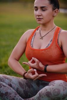 Close-up van de handen van een jong meisje dat yoga doet. gezonde levensstijl.