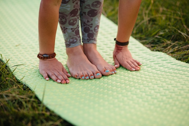 Close-up van de handen van een jonge vrouw die yoga doet. gezonde levensstijl