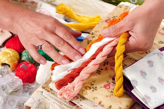 Close-up van de handen van een naaister