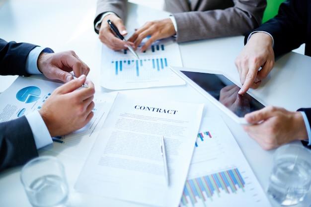 Close-up van de handen van ondernemers op het werk