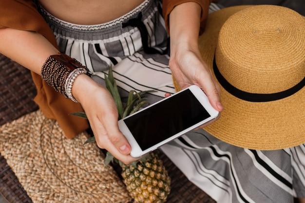 Close-up van de handen van vrouwen met mobiele telefoon