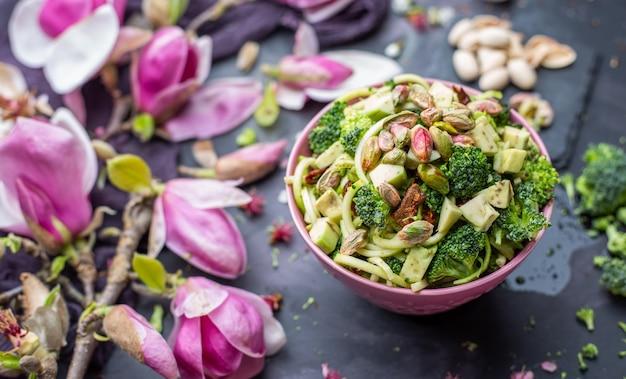 Close-up van de heerlijke veganistische salade in de kom