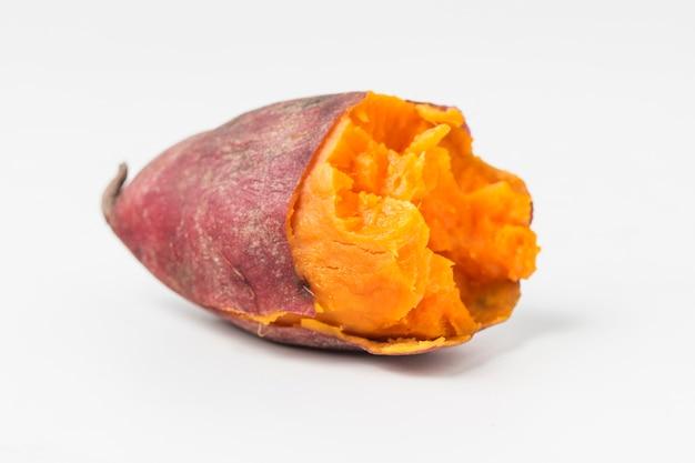 Close-up van de helft van zoete aardappel